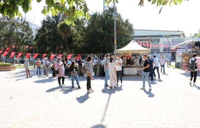 AK Parti Gençlik Kolları üyeleri Marmara Depremi'nde hayatını kaybedenlerin anısına lokma dağıttı