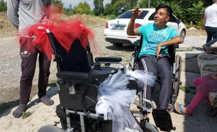 Yürüme yetisi olmayan gence akülü araba hediye edildi