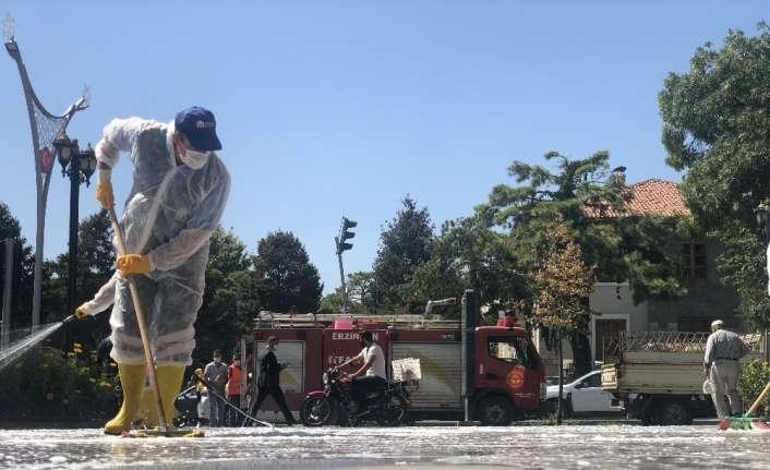 Belediye ekipleri Covid-19 önlemleri kapsamında caddeleri dezenfekte etti