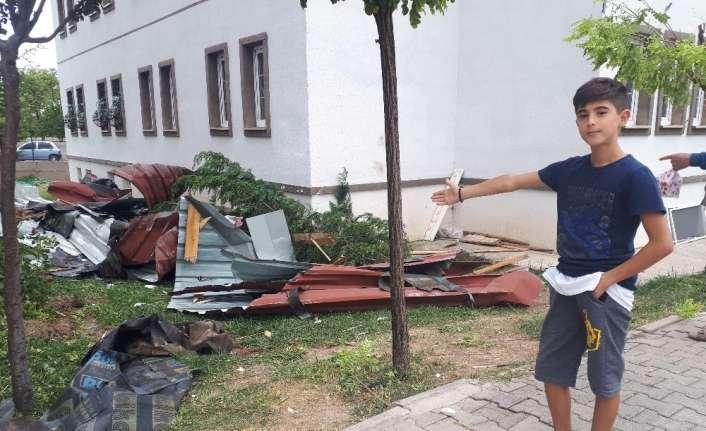 Erzincan'da şiddetli rüzgar çatıları uçurdu