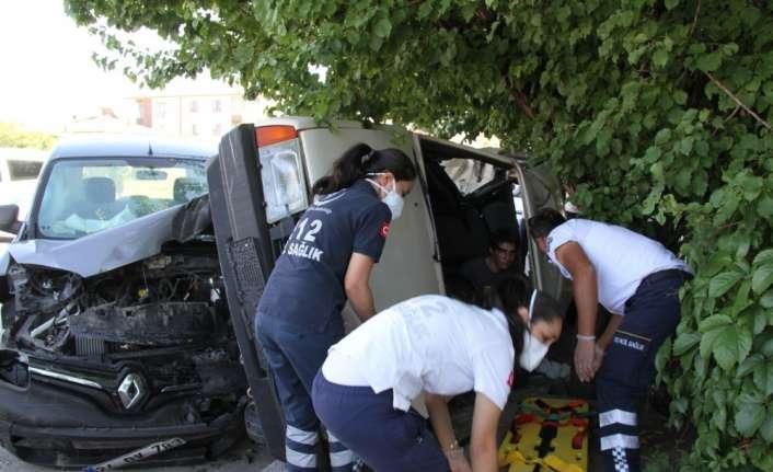 Kazada yaralanan sürücü sıkıştığı yerden camdan çıkarıldı