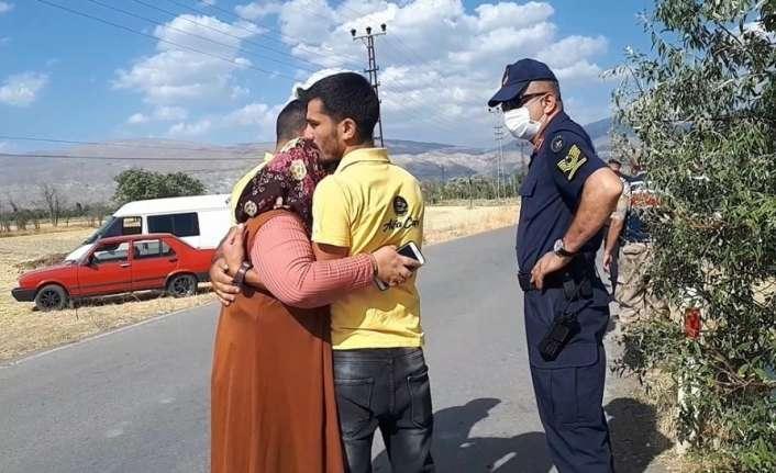 Takla atan otomobilden yara almadan kurtulan oğluna sarılıp gözyaşı döktü