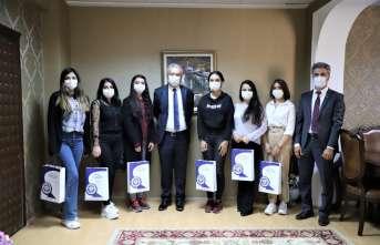 Azerbaycanlı tıp öğrencilerinden Rektör Akın'a ziyaret