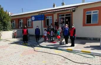 Erzincan'da öğrencilere kırtasiye seti hediye edildi