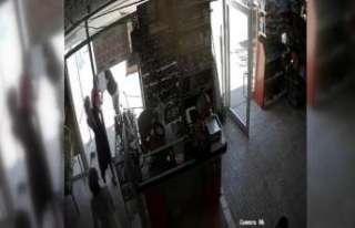Müşteri ile market sahibi kavgası kameraya yansıdı