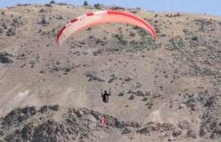 Paraşütçülerden zafer uçuşu