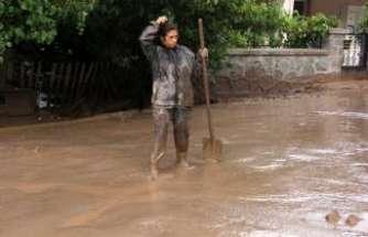 Ev ve bahçeleri sel suları bastı
