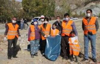 Başkan Aksun ve Köylülerden çevre temizliği