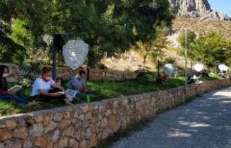 Madene karşı özlem ve hasretin dile geldiği Mani Yolu'nda kitap okuma eylemi