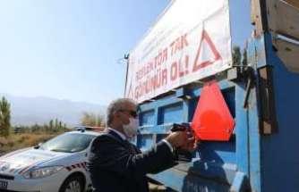 Vali Makas, traktör römorklarına reflektör monte etti